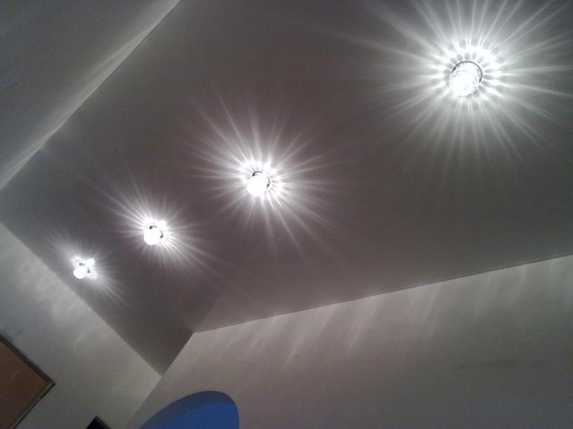 Точечное освещение потолков фото